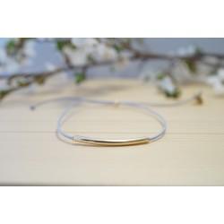 bracelet fin perle tube plaqué or et cordon gris bleuté
